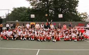 Alunos da rede começam a receber aulas de tênis em Osasco