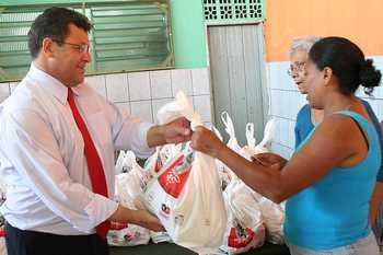 Prefeito acompanha entrega de kits de alimentos à famílias carentes da cidade