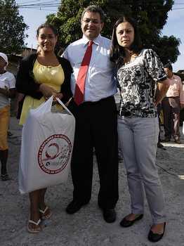 População carente recebe kits da Campanha do Agasalho