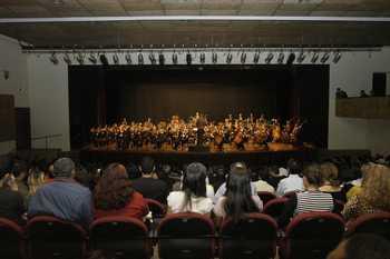 Prefeito Emidio prestigia apresentação da orquestra Jazz Sinfônica, no TMO