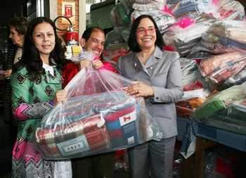 Marcia Abreu e Monica Serra entregam kits de inverno para jovens da Associação Pestalozzi