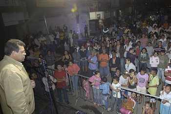 Moradores comemoram asfalto de ruas e vielas do Rochdale