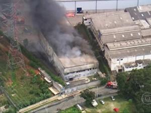Incêndio atinge galpão de empresa. (Foto: Reprodução/TV Globo)